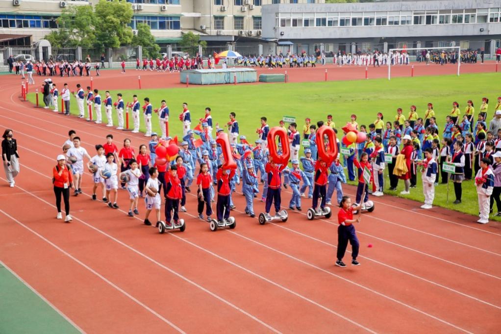 """三、四、五年级的班级以""""中国共产党成立100周年""""为主线展示"""