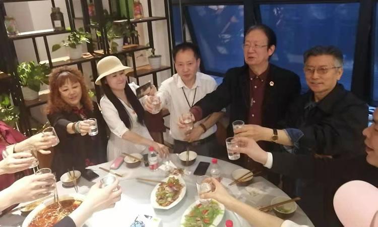 图九:共同举杯庆祝刘建吉主席(右2)生日快乐(左2:郝炜、左3:贺岳飞、右1:李大淮)