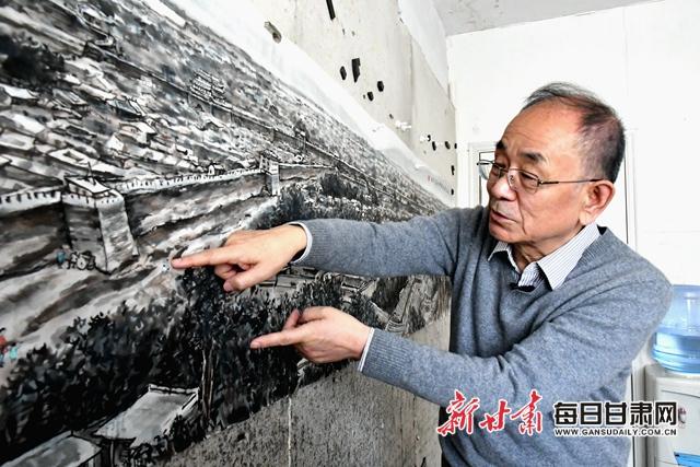 王鸿庆介绍《金城咸丰时全景图》上的兰州街道 金奉乾 摄