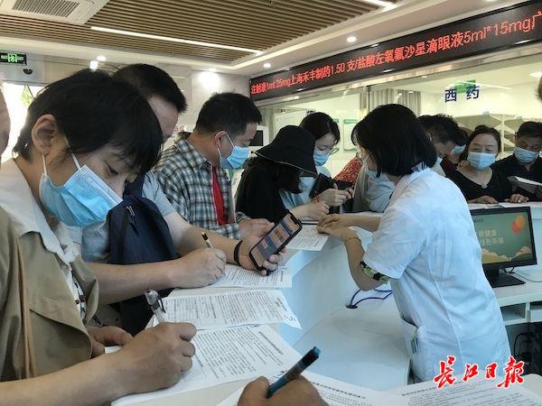 居民正在填写疫苗接种知情同意书。 长江日报见习记者张思敏摄