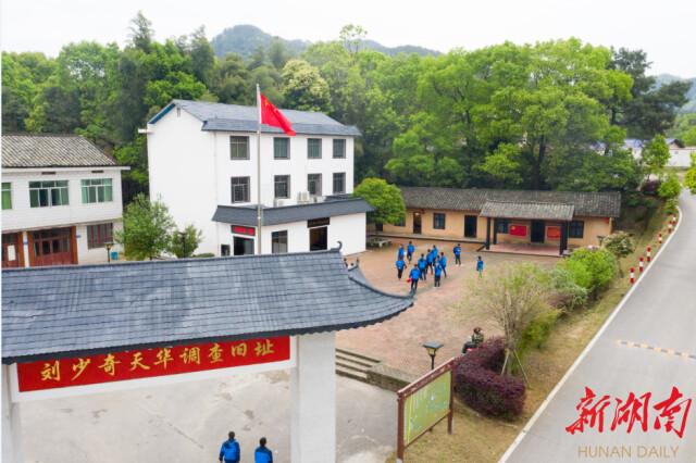 (4月10日,游客在长沙县刘少奇天华调查旧址参观。湖南日报·华声在线记者 傅聪 摄)