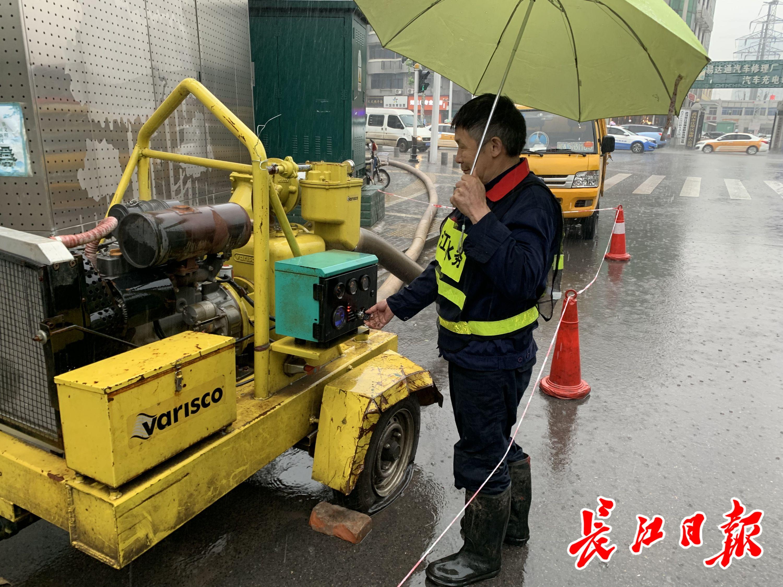 朱继玉开启泵机。长江日报记者王怡人 摄