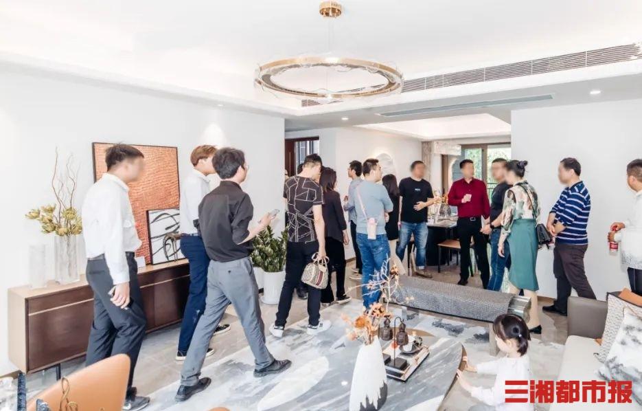 (5月1日,在弘阳•阳光城•天宸府,有不少购房者正在参观样板间。)