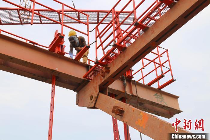 金海大桥项目部员工在安装挂篮防护栏杆 中铁大桥局供图 摄