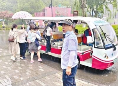 东湖绿道观光车沿线寻找雨中受阻游客,随停随接。