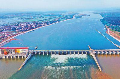 江西赣江井冈山航电枢纽工程坝顶公路桥箱梁架设完工