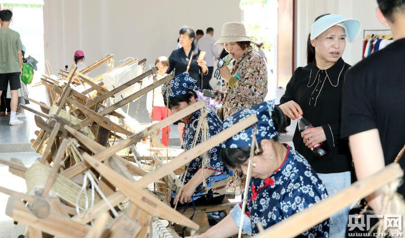 夏布文化体验,观赏夏布制作流程(央广网发 通讯员提供)