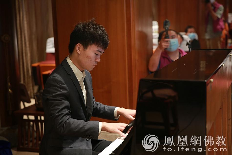 大佛寺义工钢琴演奏(图片来源:凤凰网佛教 摄影:李国坚)