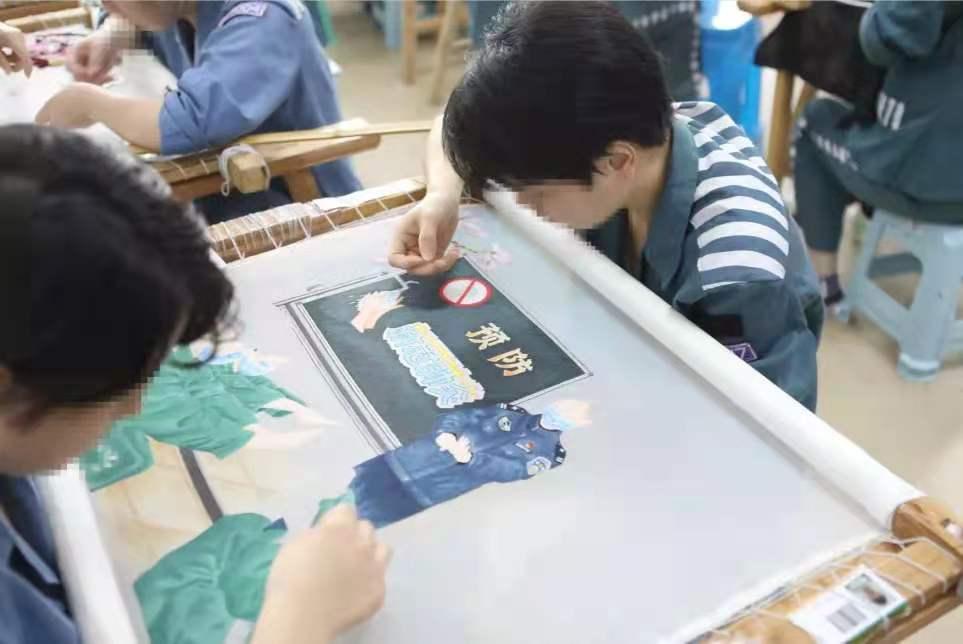 服刑人员原创抗疫题材丝绣作品 来源:浙江监狱微信公众号