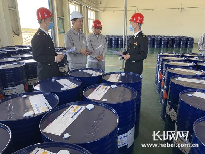 黄骅港海关关员查验出口货物。刘希芳 摄