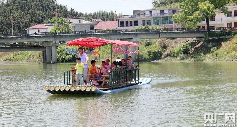 感受乡村风光,游客们体验游船项目(央广网发 通讯员提供)