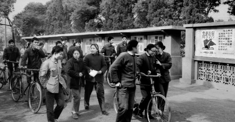 (1977年12月,长沙,考生走出高考考场。唐大柏 摄)