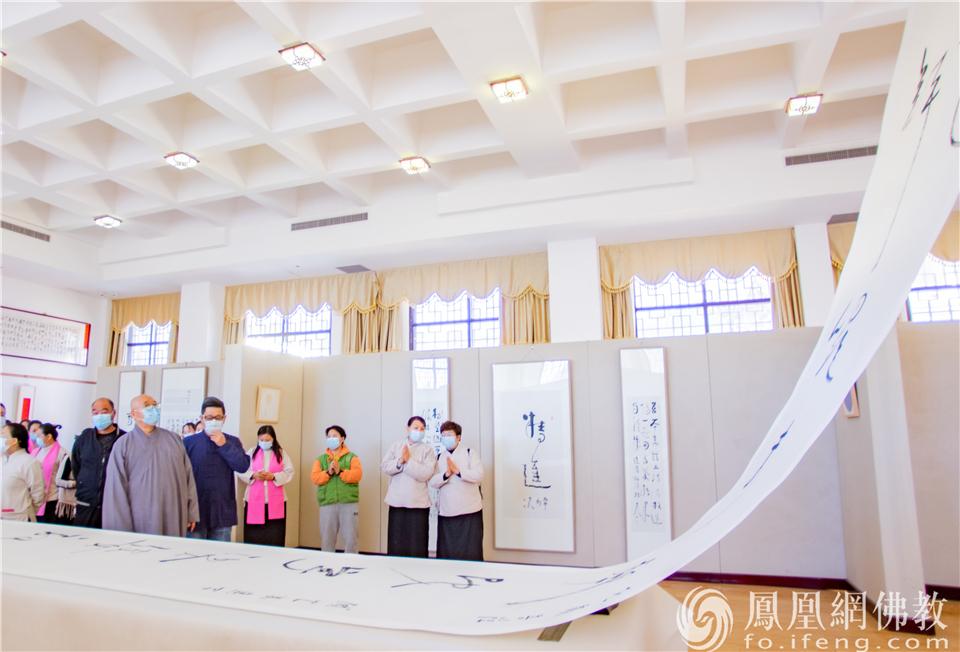 瞻视9.8米草书长幅:地藏菩萨灭定业真言(图片来源:凤凰网佛教 摄影:杨宏波)