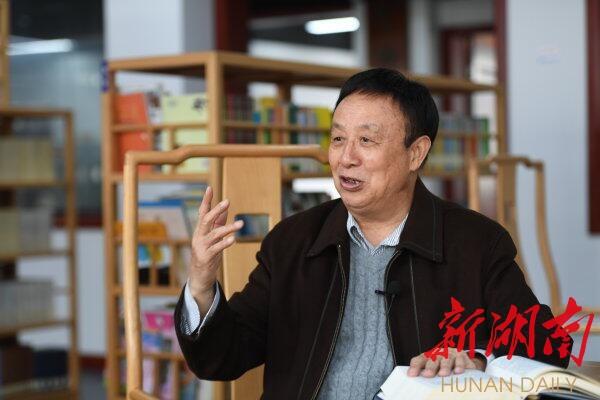(4月27日下午,经历了湘潭国企利改税全过程的省税务局原副巡视员梁桂荣老人接受记者采访。湖南日报·华声在线记者 田超摄)