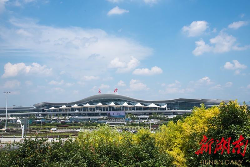 (蓝天白云下,长沙黄花国际机场格外气势恢宏。湖南日报·华声在线记者 傅聪摄)