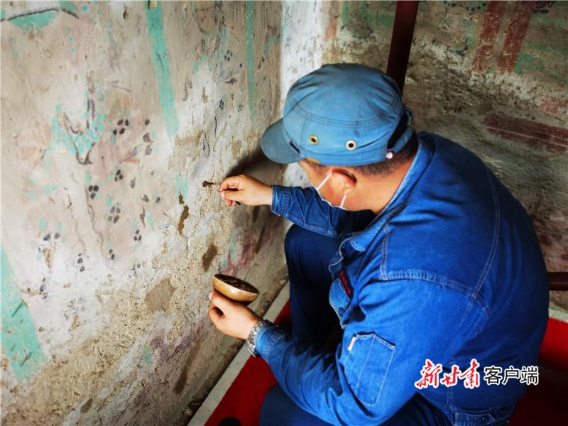 敦煌研究院工作人员正在修复壁画 新甘肃·甘肃日报记者 张文博