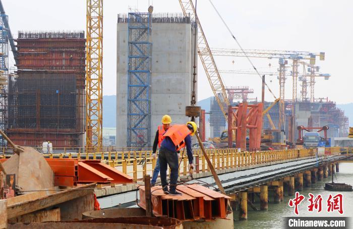 金海大桥项目部员工在吊装作业 中铁大桥局供图 摄