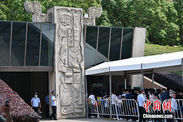图为5月2日,民众排队进入三星堆博物馆。 <a target='_blank' href='http://www.chinanews.com/'>中新社</a>记者 张浪 摄