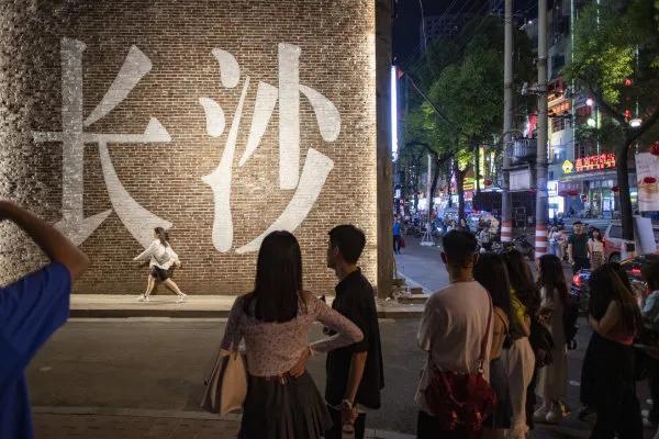 (5月1日,湖南米粉街,市民在网红打卡点排队拍照。湖南日报·新湖南客户端 记者 辜鹏博 摄)