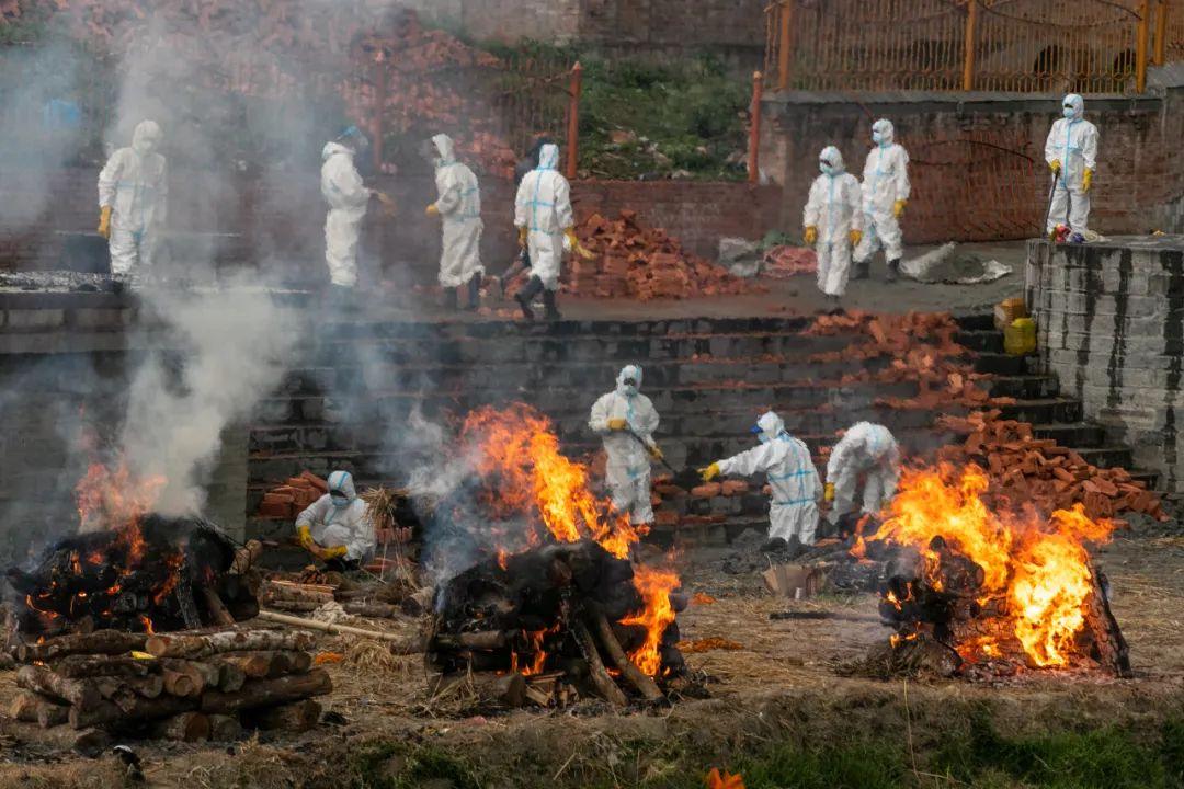 """病例激增、遍地焚尸,尼泊尔正变""""迷你印度""""?疫情扩散到珠峰大本营!"""