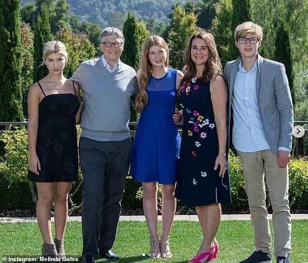 盖茨夫妇的小女儿(左);比尔⋅盖茨(左二);盖茨夫妇的大女儿(中);梅琳达⋅盖茨;盖茨夫妇的儿子(右)