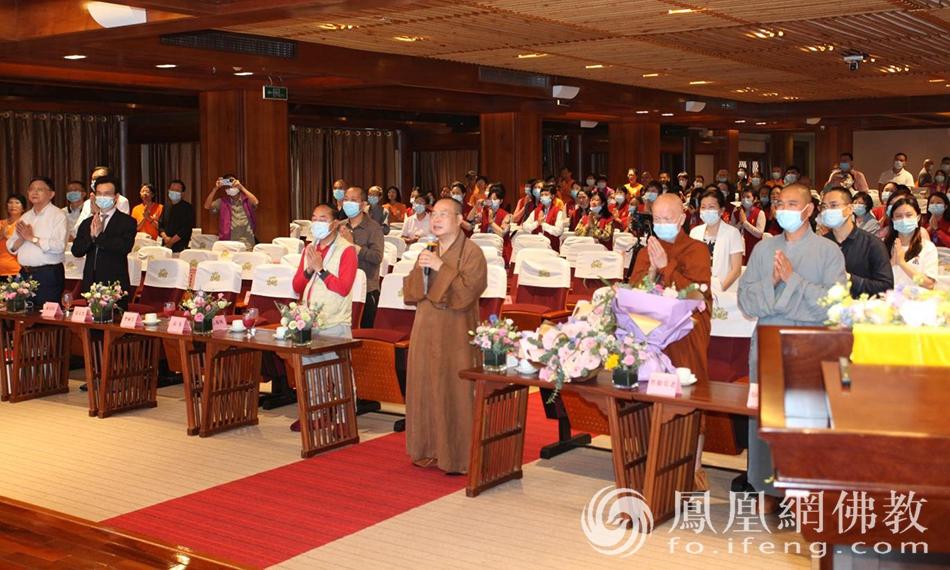 耀智大和尚带领与会全体大众念诵回向发愿文(图片来源:凤凰网佛教 摄影:李国坚)