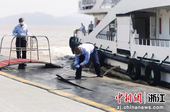 工作人员固定船只。 浦小轩供图