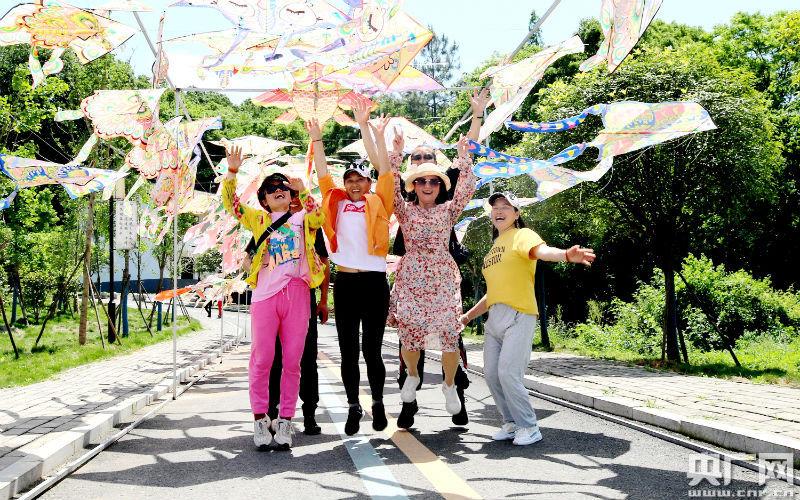 游客们正在拍摄歌舞视频作品(央广网发 通讯员提供)