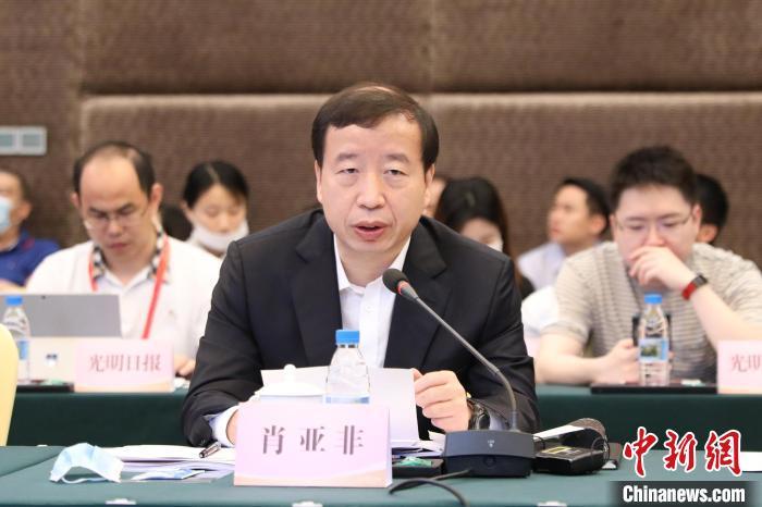 图为东莞市委副书记、市长肖亚非与记者座谈。 蒋启明 摄