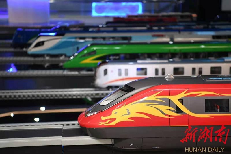 (4月15日,中车株机展示馆内,展示着各种型号的动车组模型。 湖南日报·华声在线记者 傅聪 摄)