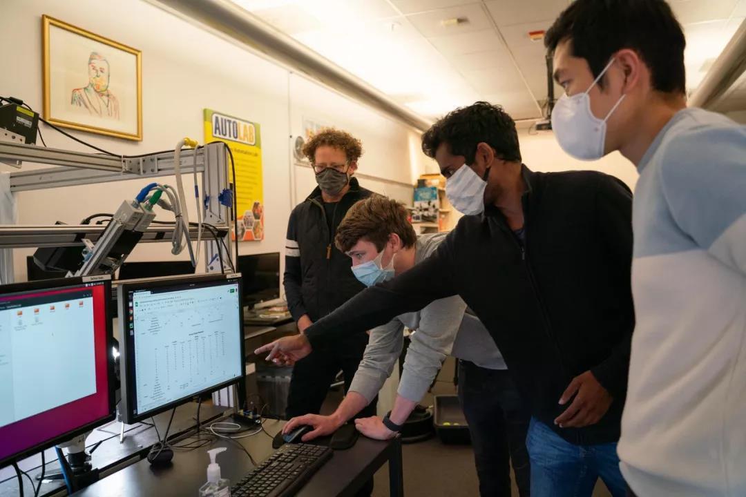 加州大学伯克利分校工程学教授Ken Goldberg、硕士生Samuel Paradis、博士生Brijen Thananjeyan以及Minho Hwang博士(左起)正在研究the da Vinci Research Kit的训练实验