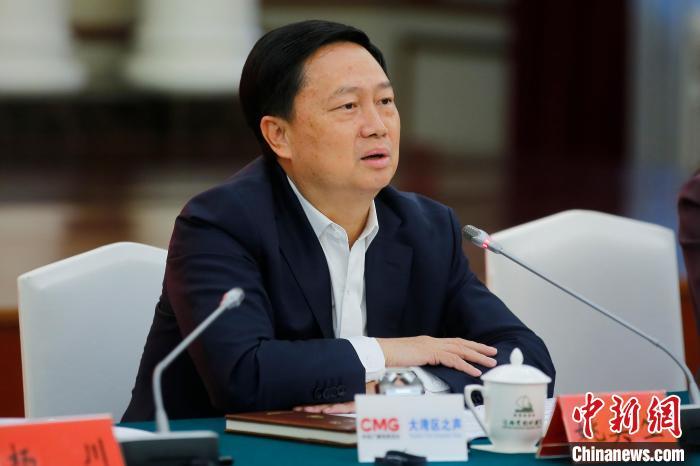 图为广东省珠海市委副书记、市长姚奕生与记者座谈。 王骏 摄