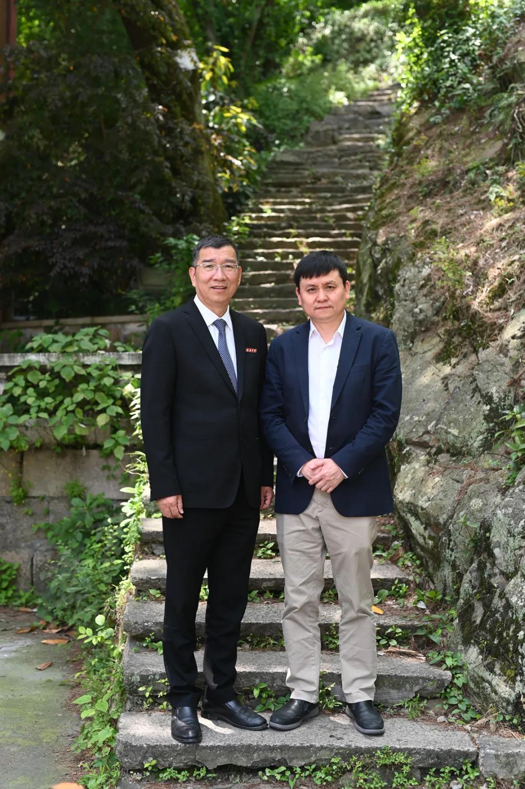 陈良明校长陪同张文宏校友参观他原先读书时的瑞中校园(现玉海中学)