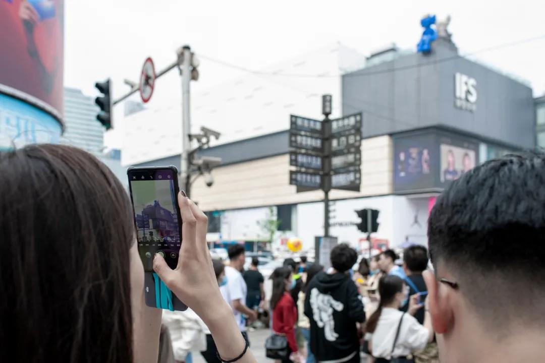 (八角亭,黄兴广场。每次绿灯,都有上千人过斑马线。阿信 摄)