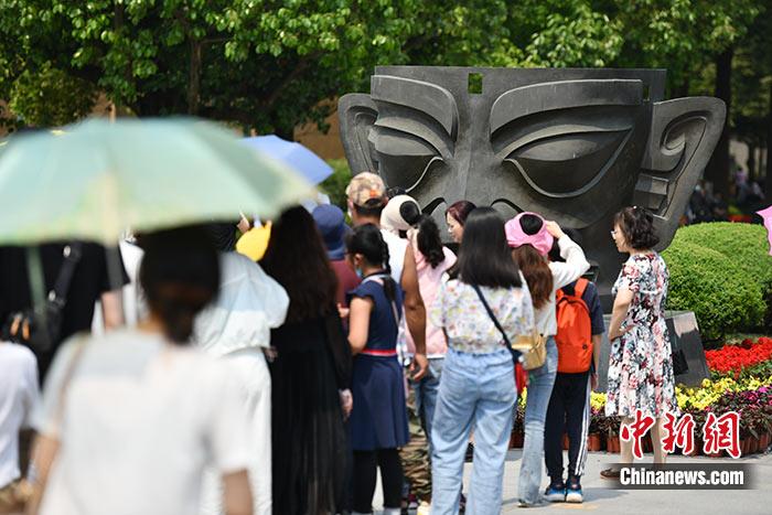 图为5月2日,民众参观三星堆博物馆。 <a target='_blank' href='http://www.chinanews.com/'>中新社</a>记者 张浪 摄