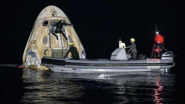 """载人""""龙""""飞船成功返回地球"""