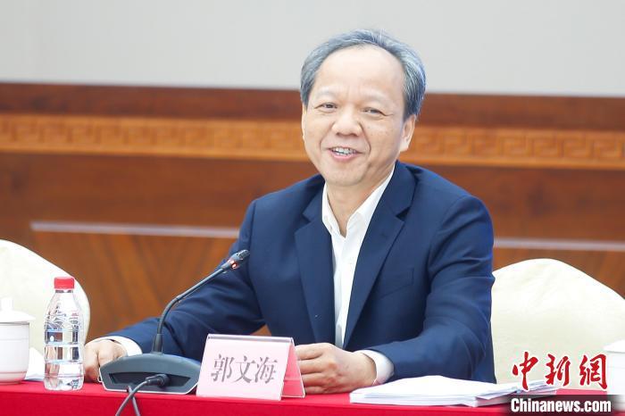 图为广东省佛山市委副书记、代市长郭文海与记者座谈。 王骏 摄