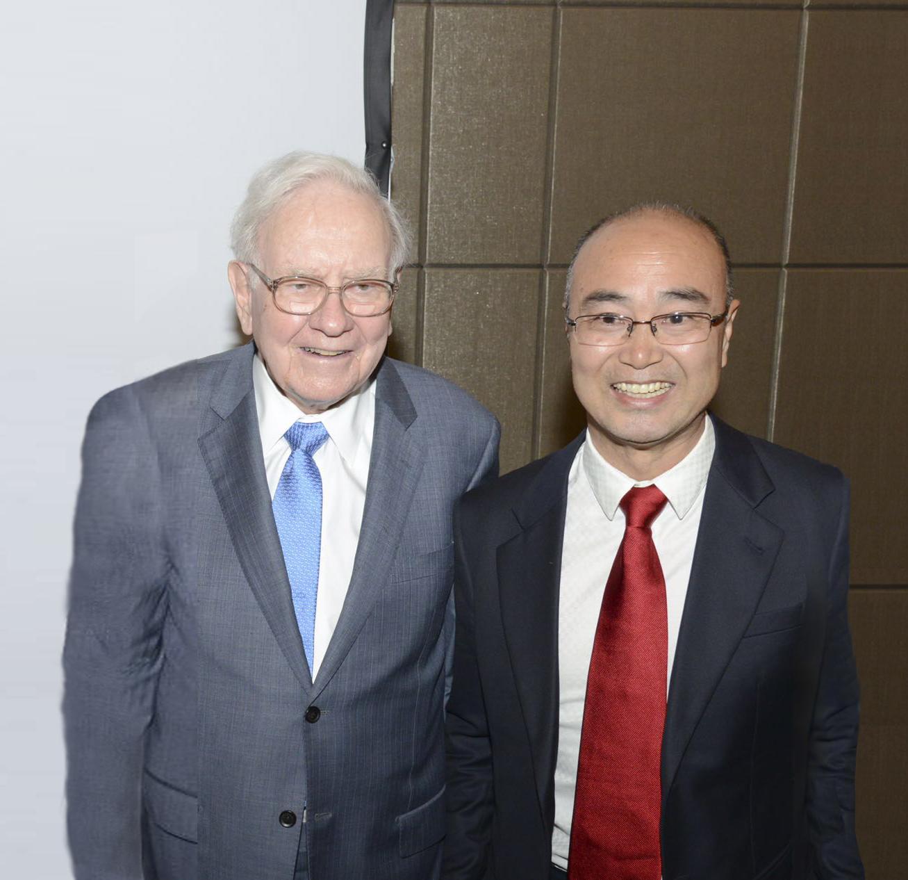 2015年5月2日,奥马哈,伯克希尔股东大会会场209小会议室,陈九霖(右)与巴菲特(左)合影。