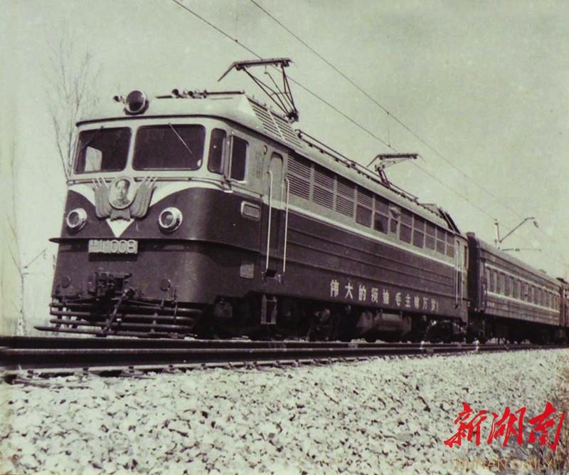 (1968年3月,6Y1型8号电力机车试制成功,定型为韶山1型。资料图片)