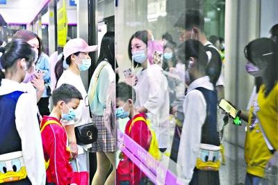 3日,武汉地铁2号线江汉路站,市民游客自觉佩戴口罩乘车。
