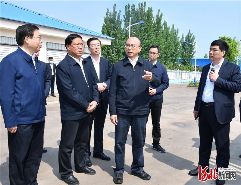 5月3日,省长许勤在邯郸市调研检查。这是许勤到肥乡区江水置换农村生活用水水厂,检查水源调度和水质监测工作。河北日报记者孟宇光摄