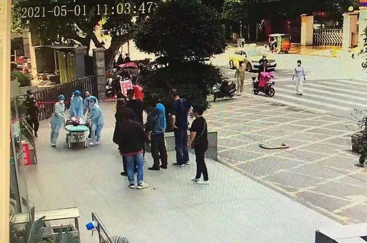 监控拍摄的邬林燕抢救患者画面。 医院供图