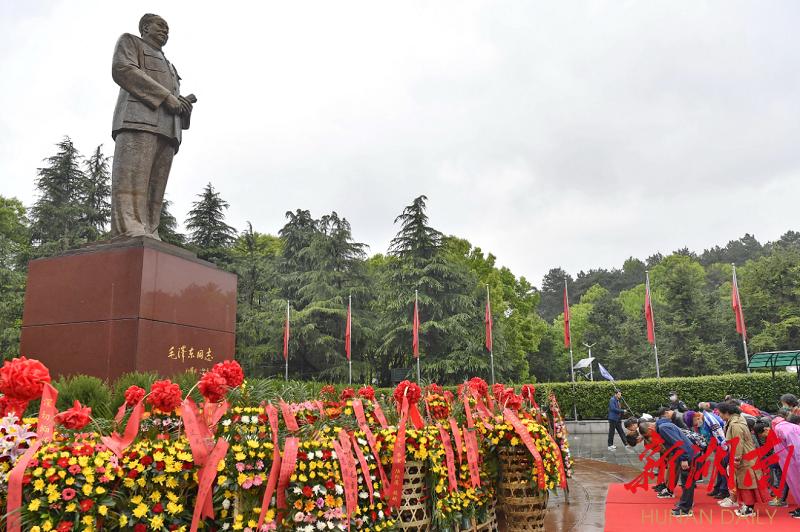 (4月6日,韶山市毛泽东铜像广场,游客前来瞻仰参观、敬献花篮。 湖南日报·华声在线记者 童迪 摄)