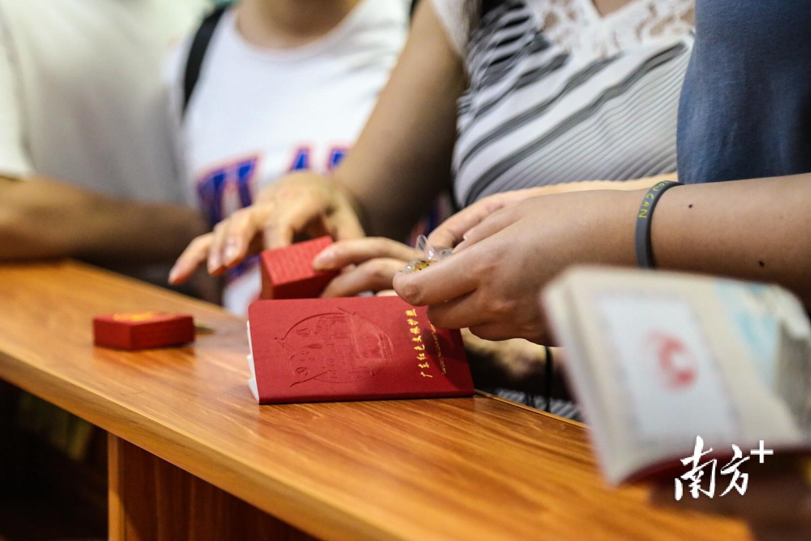 广东红色文旅护照广受市民游客欢迎,争相领取并盖章打卡。南方日报记者 张迪 实习生 姚佳烁 摄