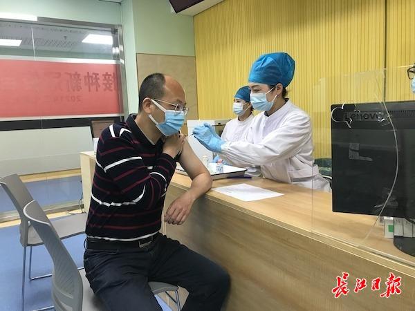 工作人员正在为居民接种疫苗。 长江日报见习记者张思敏摄