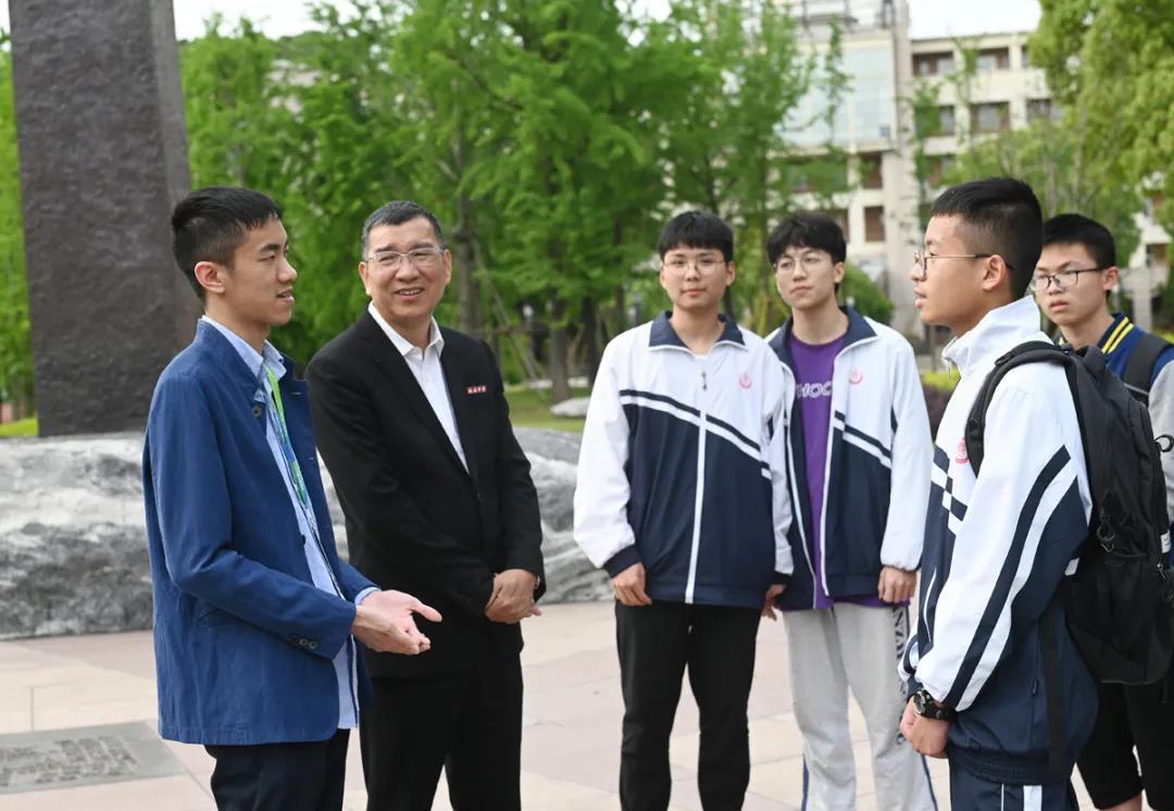 26岁的青年数学家陈杲回访母校