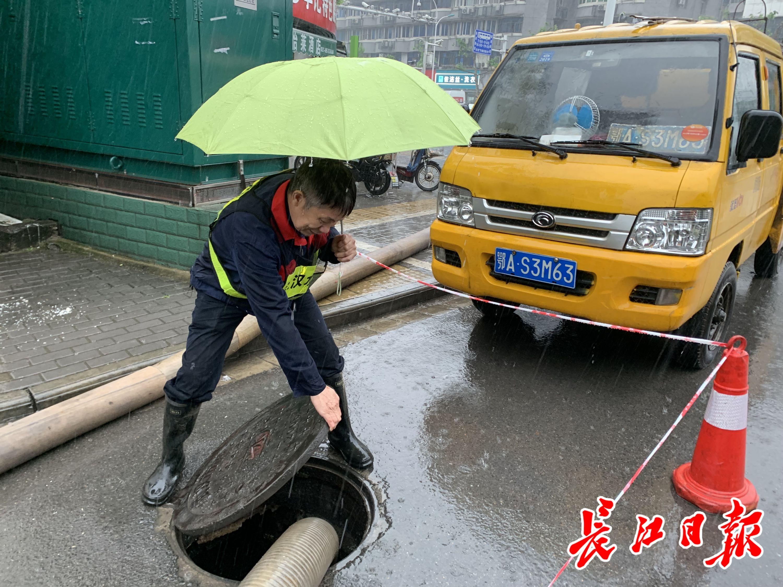 朱继玉检查地下水位情况。长江日报记者王怡人 摄
