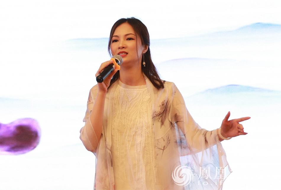 大佛寺义工表演独唱(图片来源:凤凰网佛教 摄影:李国坚)