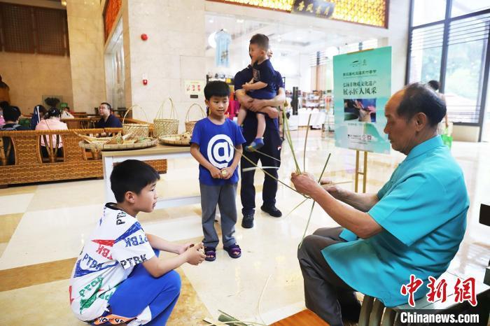 游客在惠州龙门地派温泉学习竹制工艺品制作技艺 李星凯 摄