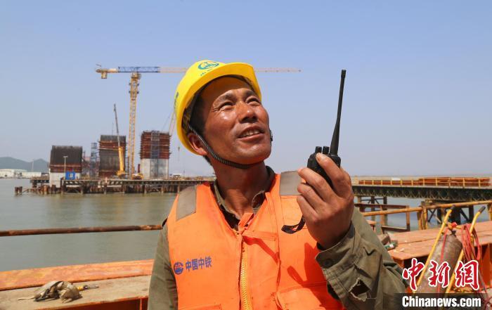 金海大桥项目部员工在指挥吊装作业 中铁大桥局供图 摄